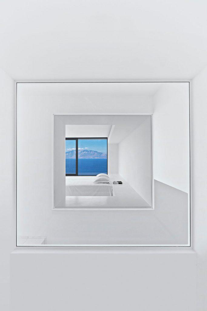 silver house dwek interni finestra panorama mare grecia minimalismo