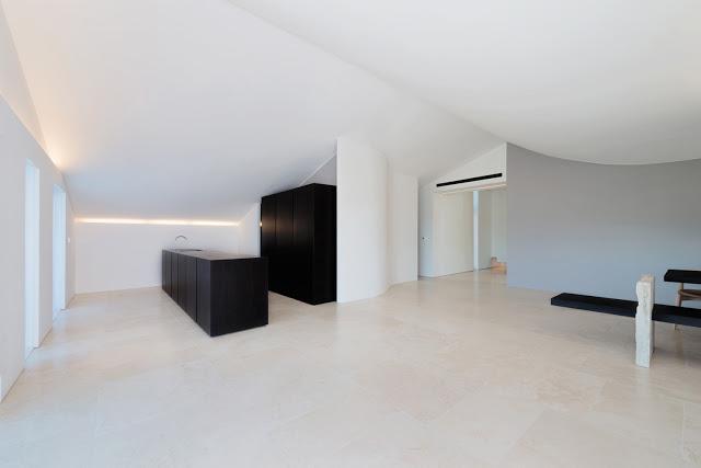 attico con pavimenti in travertino navona architettura minimale