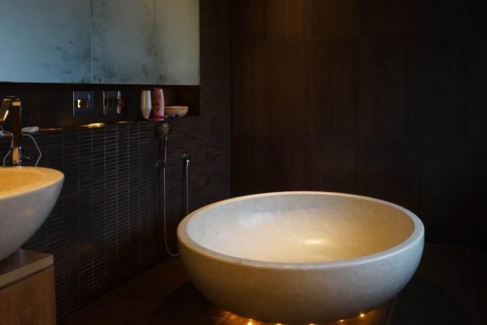 vasca in pietra naturale levigata uso doccia bagno moderno