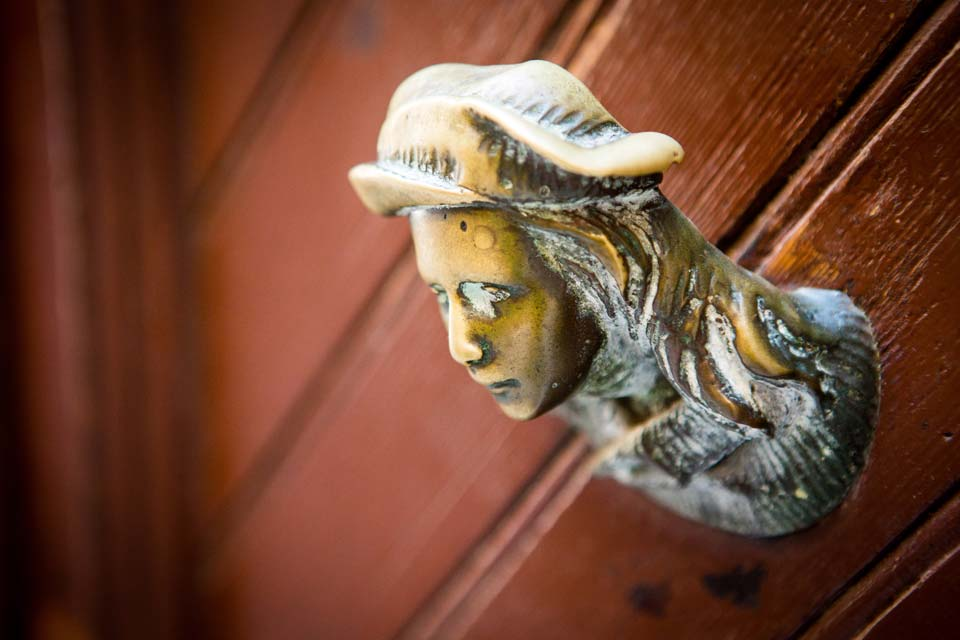 A friendlier face, in contrast to many other door pulls in Venice.