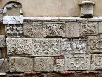 Lapidi etrusche e romane nel corso di Montepulciano, lato sinistro