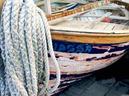 Vecchia barca armeggiata sulla darsena di Riomaggiore