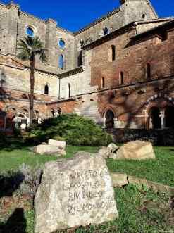 La canonica addossata all'Abbazia di San Galgano, con i resti del porticato, il refettorio e la sala capitolare dei frati