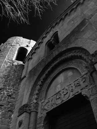 Pieve di Corsignano, Contrasto