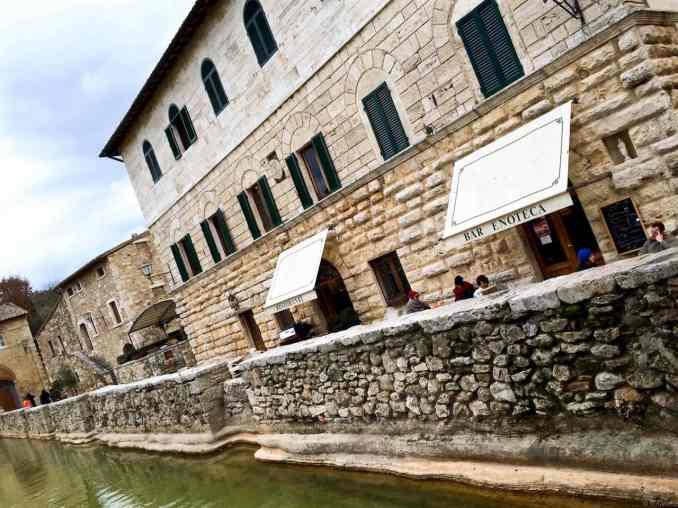 Edifici che si affacciano sulla vasca nella Piazza centrale di Bagno Vignoni