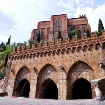 Fontebranda, collocata sotto il colle dove sorge la chiesa di San Domenico