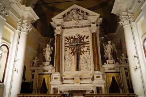 L'interno barocco della Chiesa di Santa Croce a Torrita di Siena