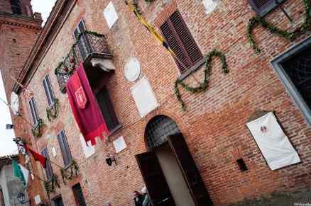Il palazzo municipale di Torrita di Siena, vestito a festa durante la settimana del Palio dei Somari