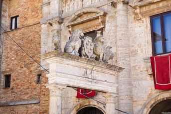 Il pozzo dei Grifi e dei Leoni in Piazza Grande a Montepulciano
