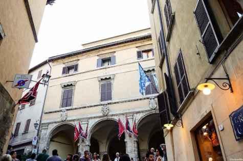 L'ingresso in Piazza delle Erbe a Montepulciano, con Porta della Cavina sulla destra
