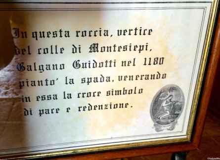 Il cartello che indica la teca con la spada di Galgano infissa nella roccia, Eremo di Montesiepi