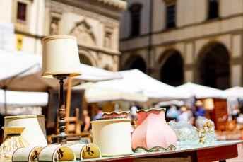 Mobili ed arredi trovano posto nella Piazza Grande di Arezzo durante la Fiera Antiquaria
