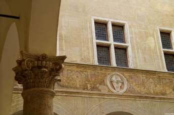 Pienza, il cortile interno del Palazzo Piccolomini, dal quale si accede ai giardini pensili