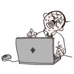 パソコンに向かい必死に残業するおっさん