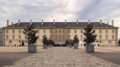 Ancienne caserne devenue le Centre National du Costume de Scène à Moulins © Pascal François
