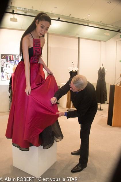 Grégoire de Gaulle signant la robe