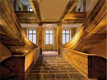 Escalier central en grès de Coulandon au cœur du bâtiment © Christine Puvléry