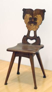Les arts décoratifs avec la chaise à dossier pensée de Spindler