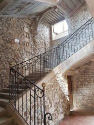 L'escalier dessert les larges corridors donnant accès aux chambres des moines