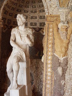 La statue de Bacchus avec Poséidon représenté avec des coquillages