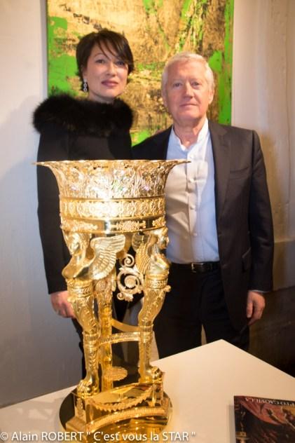 Pia et Patrick Piard devant « la Coupe aux Sphinges de l'Orfèvre Odiot