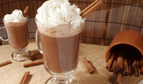Resultado de imagem para chocolate quente com chantilly