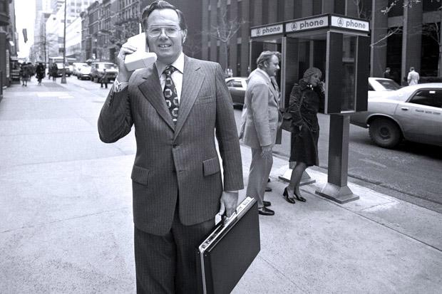 Джон Митчелл пугает прохожих своим мобильным телефоном в 1973 году
