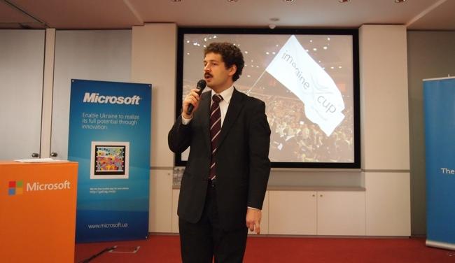 Андрей Терехов, директор департамента стратегических технологий Microsoft, открывает конкурс.