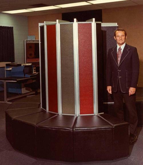 Сеймур Крэй и первый полностью им спроектированный суперкомпьютер Cray-1 (1974 год, производительность 80 MFLOPS)
