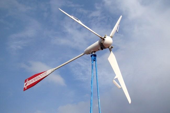 Ветрогенератор самостоятельно подстраивается под меняющееся направление ветра, свободно вращаясь на мачте