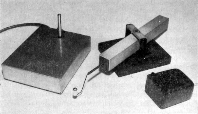 Первые устройства управления курсором: джойстик (слева), графокон и мышка