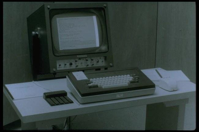 Рабочая станция NLS – с новой трехкнопочной мышкой справа и аккордовой клавиатурой слева