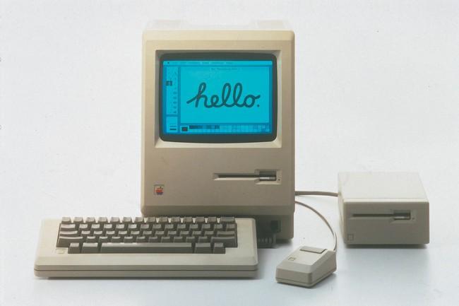 Первая модификация Apple Macintosh (128К): 9-дюймовый черно-белый экран, 8-МГц процессор Motorola 68000, 128 кб ОЗУ и 3,5-дюймовый дисковод (1984 год)