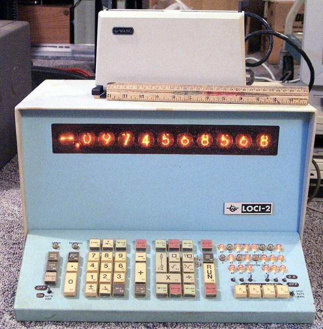 Калькулятор LOCI-2. Устройство сверху – модуль для считывания перфокарт