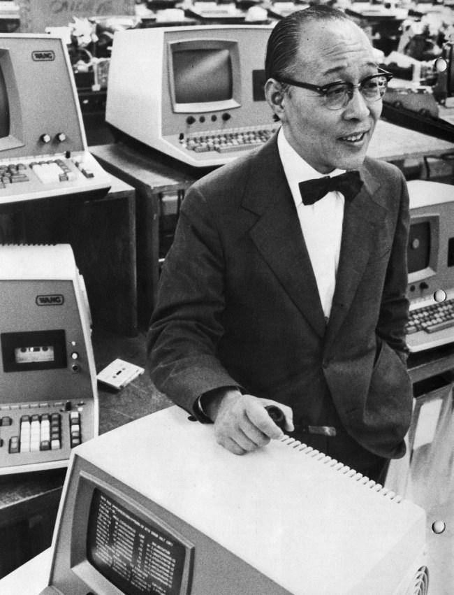 Ван Ань со своими компьютерами в 1976 году