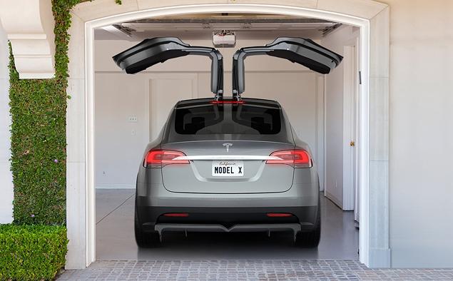 Необычные двери служат не только для узнаваемости образа, но и облегчения доступа к двум задним рядам сидений. Невзирая на большой размер дверей, их можно открыть даже в тесном гараже.