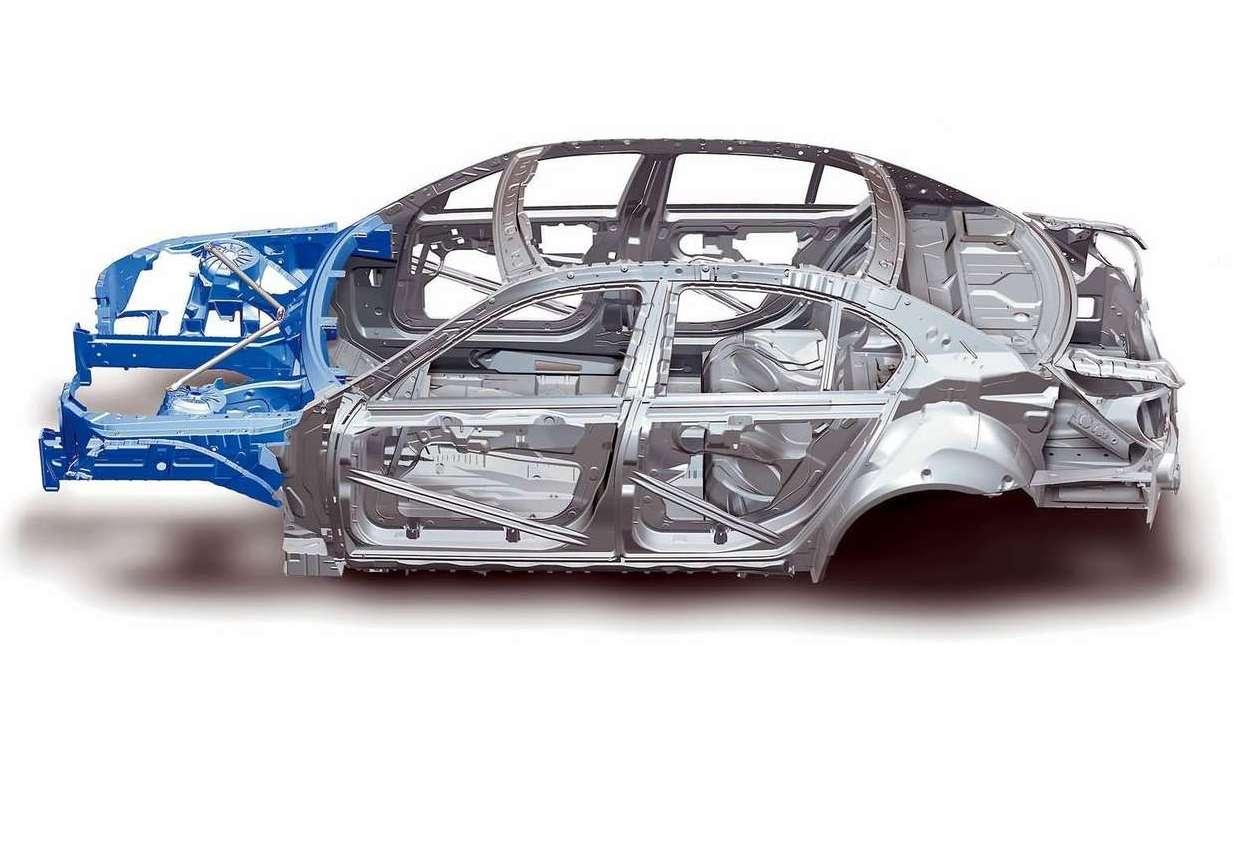 Автомобиль BMW 5-серии E60 стал первым в мире, где к стальному кузову была прикреплена алюминиевая передняя часть. В этом случае для соединения деталей могли использоваться только те методы, которые не допускали контакта разных материалов. А значит – только заклепки и клей-изолятор.