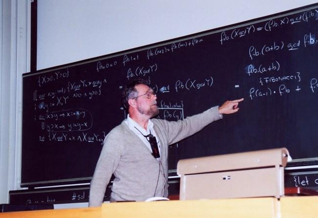 Дейкстра распространил среди глобального компьютерного сообщества превосходный и побуждающий набор 1318 памяток, которые известны, как EWD, что является аббревиатурой полного имени знаменитого ученого Edsger Wybe Dijkstra. Большинство из этих работ были написаны вручную.