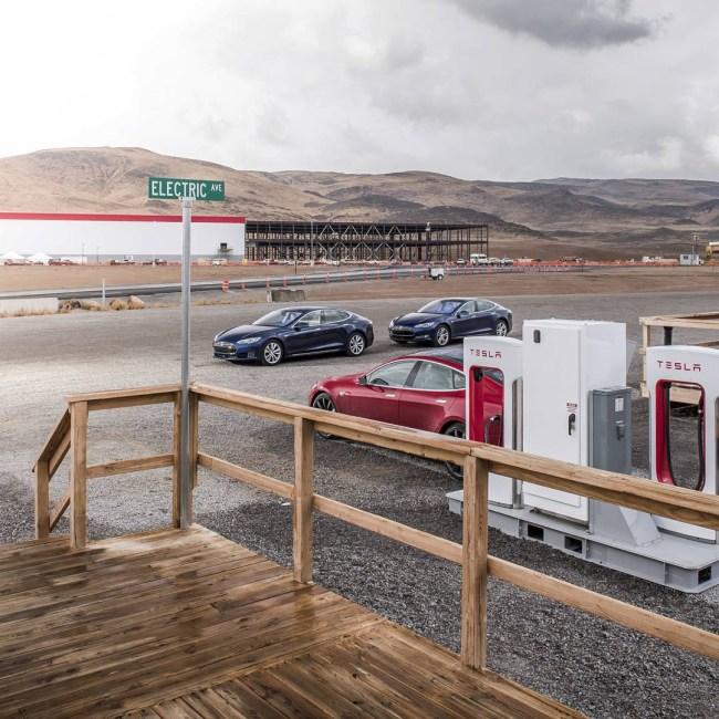 Появились фотографии интерьера громадного завода Tesla Gigafactory
