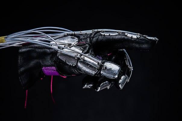 Украинцы создали киберперчатку, которая позволяет «почувствовать» виртуальную реальность