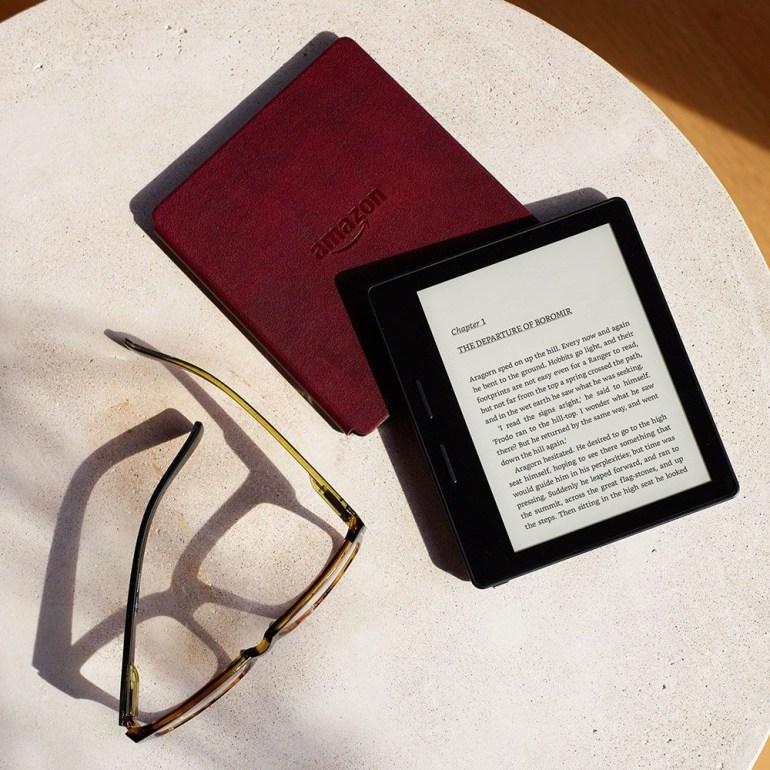 Amazon официально выпустила новый ридер Kindle Oasis с улучшенным дисплеем и комплектной обложкой с батареей