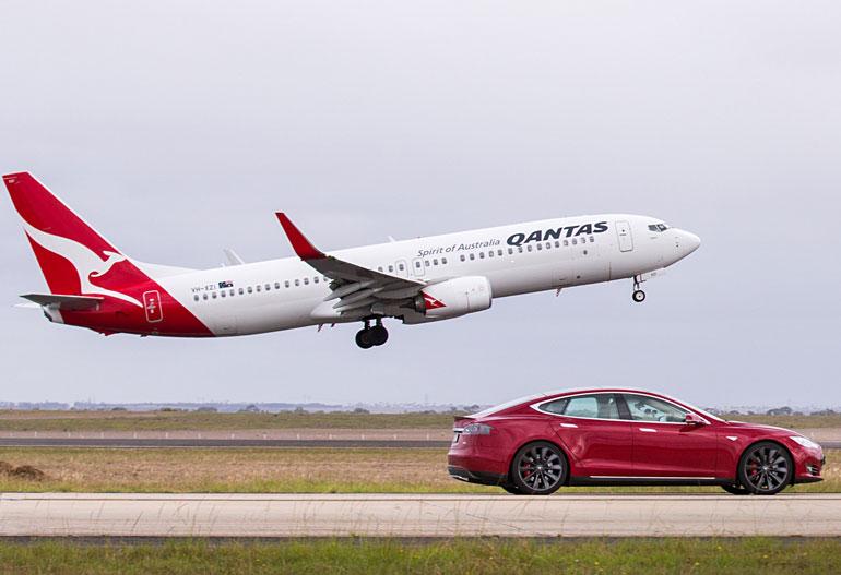 Электромобиль Tesla Model S P90D и авиалайнер Boeing 737-800 устроили гонки в аэропорту