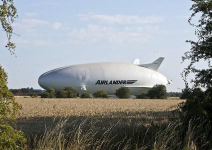 Самое крупное в мире воздушное судно впервые покинуло ангар и готовится к серии тестовых полётов