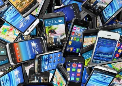 По подсчетам Gartner, Samsung остается неоспоримым лидером рынка смартфонов, превосходя Apple по доле рынка почти вдвое