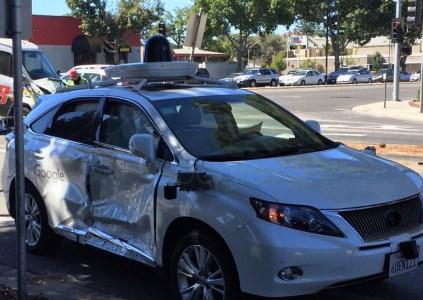 Самоуправляемый автомобиль Google попал в серьёзную аварию