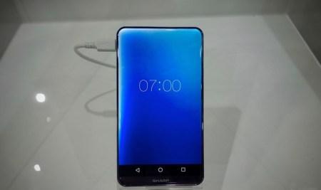 Sharp показала «безрамочный» смартфон Corner R и дисплей для VR-устройств с плотностью пикселей более 1000 на дюйм