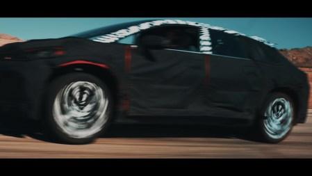 В новом рекламном видеоролике своего электромобиля Faraday Future обещает заново изобрести колесо