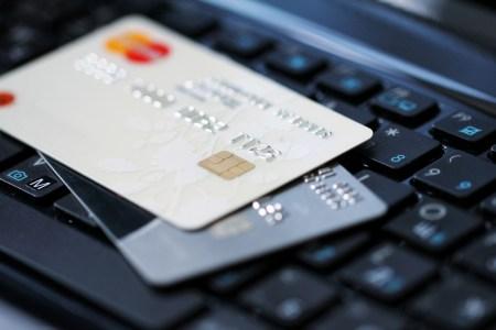 НБУ: Украинцы все чаще предпочитают безналичные платежи, 70% операций с картами приходится на безнал и только 30% — на снятие наличных