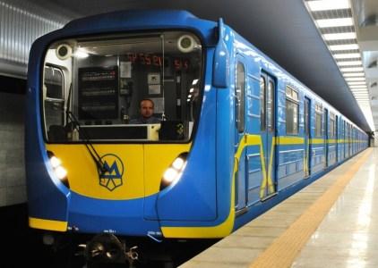 В кассах киевского метрополитена начали устанавливать банковские терминалы для оплаты проезда картой любого банка