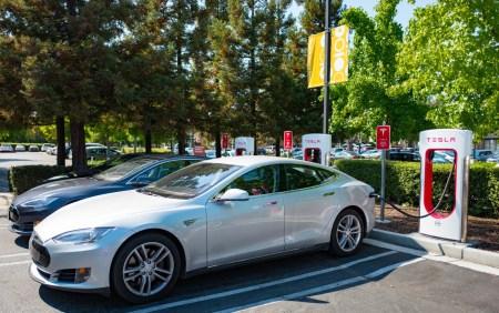 Владельцам электромобилей Tesla, повадившимся парковаться на станциях Supercharger, теперь придется платить за каждую минуту простоя